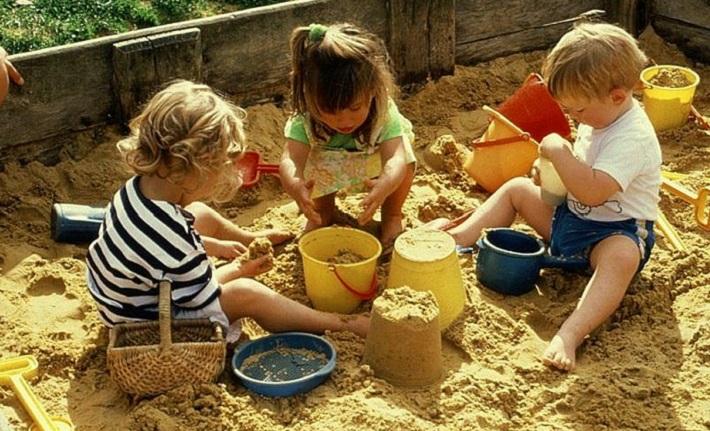 Девочки играют в песочнице и видно белые трусики
