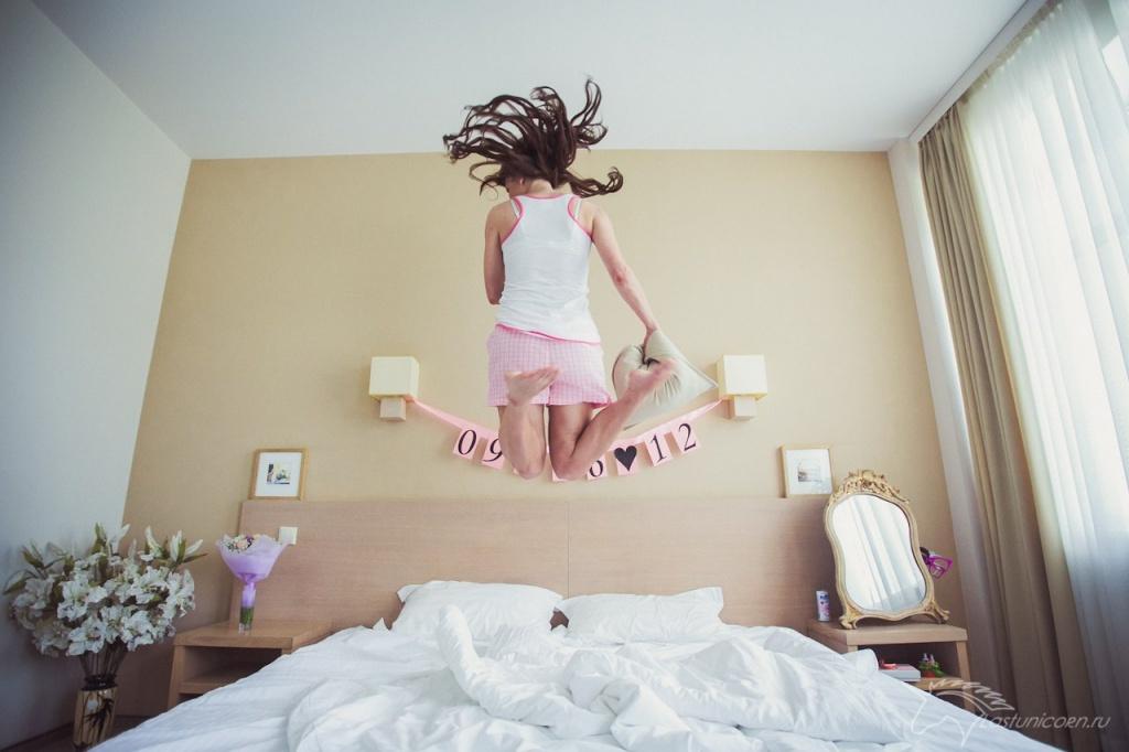 Девушка прыгает на кровати в гостинице видео — img 13